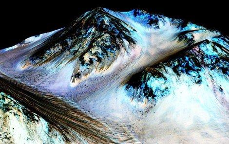 Strouhy vytvořil proud tekoucí slané vody.