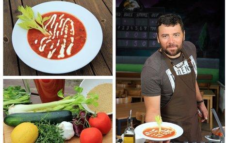 Tomatová polévka s cuketou.