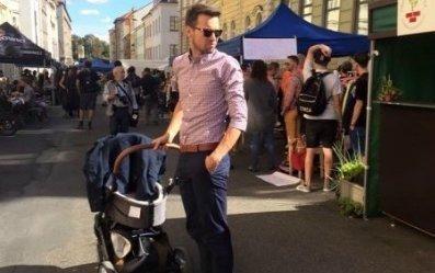 Sexy táta Hejlík vyvezl syna Vojtíška.