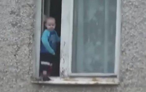 Malý chlapec se pokochal výhledem z osmého patra...