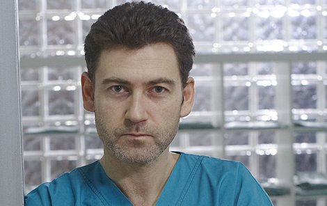 Seriálový Petr Hanák mu povahově není vůbec podobný.
