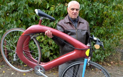 Na pohled je bicykl masivní, váží ale jen 8 kg a hmotnost jde srazit na 5 kg.