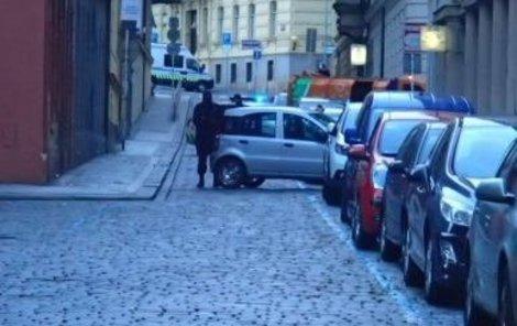 Výtržníci autem zablokovali ulici.