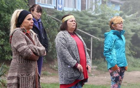 Při čekání na záběr se herečky zahřívaly, jak mohly.