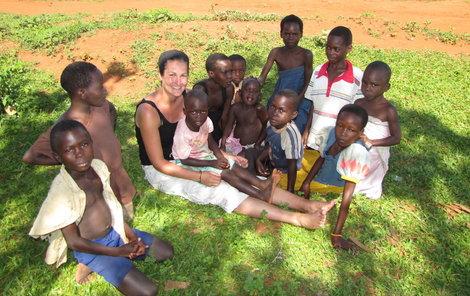 S ugandskými dětmi v Africe, kde se věnovala práci pro program Adopce na dálku.