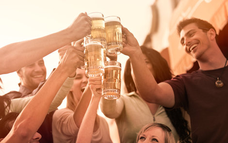 Pivaři se mohou radovat! Prodej Prazdroje jim pivo nejspíš nezdraží.