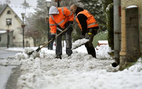 Mokrý a těžký sníh udělal problémy hlavně na silnicích.