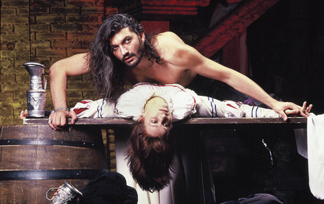 Dracula Daniel Hůlka a Lorraire Magda Malá řádili na jevišti, pod nimi šašek Jan Apolenář.