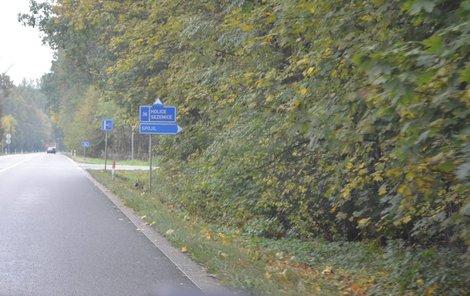 Řidič se spolujezdcem odvezli dívky za Pardubice směrem na Sezemice k lesní cestě, kde jedna vůz opustila.
