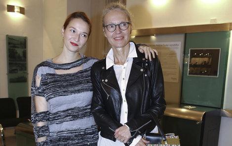 Berenika Kohoutová (24) a Irena Obermannová (53), dcera a matka,  jdou, co se týče bot s dobou!