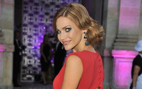 Modelka Andrea Verešová (35) dokáže upoutat pozornost nejen oblečením, ale i perfektním make-upem.