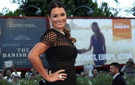 Šeredová na italském filmovém festivalu skrývala bříško pod šaty.