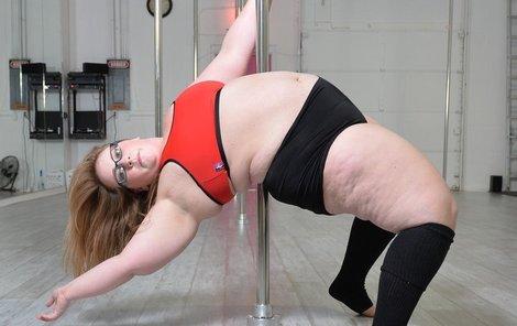Odvážná baculka (25) ukazuje, že tanec u tyče je opravdu sexy!