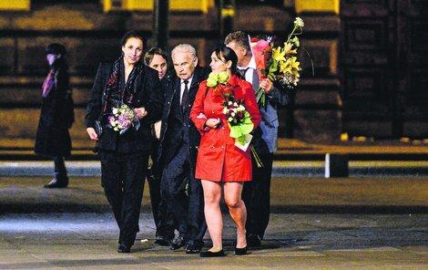 PRAHA-STARÉ MĚSTO, PÁTEK 22:40 Luděk Munzar vychází po představení z divadla. Květiny mu odnáší jeho doprovod. Herec je zavěšený do své nevlastní dcery Terezy (vlevo).  Na přechodu je skupinka velmi opatrná.