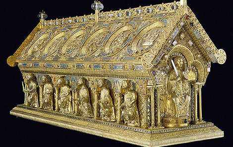 Relikviář sv. Maura v plné kráse. Uvnitř se nacházejí ostatky sv. Jana Křtitele, sv. Maura a sv. Timoteje. Má obdélníkový půdorys o rozměrech 140x42 cm a je 65 cm vysoký. Dekorace relikviáře tvoří soubor dvanácti reliéfů, čtrnácti sošek z pozlaceného stříbra, drahé kameny, polodrahokamy, antické gemy, filigrány a emaily