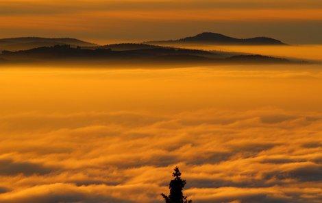 Inverze vypadá z vrchu Churáňov krásně. Pod pokličkou z mraků je ve městech zima a lidé se dusí smogem.