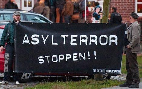 Utečence vítají plakáty: Zastavte migrační teror!