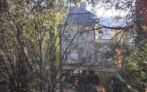 Krejčířova vila chátrá uprostřed zarostlé zhahrady.