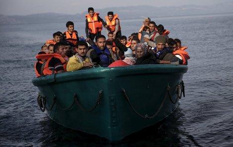 Tito uprchlíci měli víc štěstí než posádka přetíženého člunu, který se převrhl na cestě z Turecka na ostrov Lesbos. Utopilo se 14 uprchlíků, z toho polovina byly děti. Turecká pobřežní stráž zachránila 14 lidí včetně těhotné ženy.