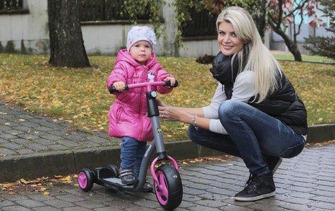 Dcera Ivety Vítové měla z nové koloběžky velkou radost.