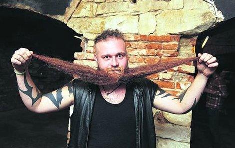 Vousy Filipa Bartoše jsou dlouhé 45 centimetrů.