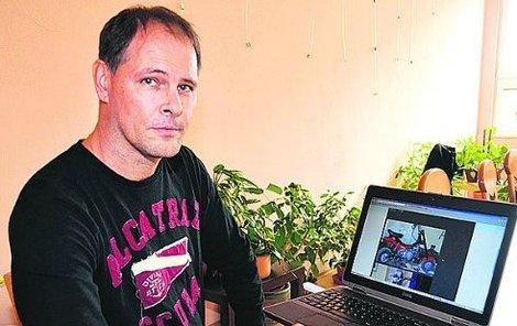 Roman Miškovčík (48) ukazuje v počítači svůj registr odcizených věcí.