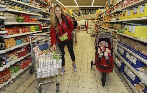 Olga s dcerou na nákupech.