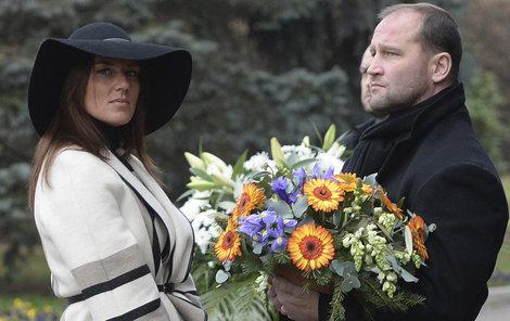 Jiří Šlégr s manželkou Lucií Královou na pohřbu manažera Zbyňka Kusého