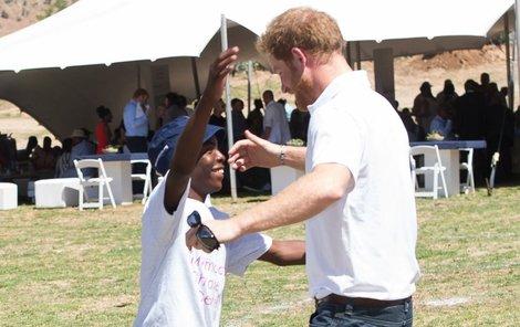 Stejné místo, stejní lidé. Jen o 11 let později. Princ Harry učil chlapce v sirotčinci sázet stromky.