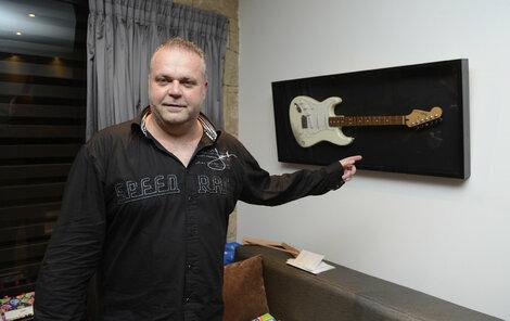 Radovan Krejčíř si zabrnká na kytaru, ale už v base.