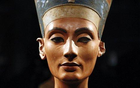 Synonymum krásy! Nefertiti byla staroegyptská královna 18. dynastie v době Nové říše, velká královská manželka faraona Achnatona. Její jméno se stalo synonymem krásy. Dnes je proslulá hlavně kvůli nádhernému obličeji a nezvykle jemným rysům.