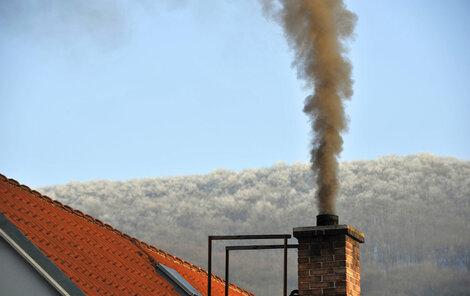Čím topí majitel tohoto komínu?