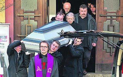 Po obřadu rakev s ostatky putovala do pohřebního vozu.