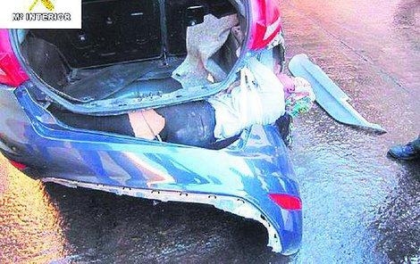Marocký migrant byl v nárazníku auta narvaný jako sardinka.