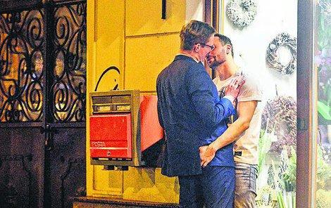 Partner Jitky Schneiderové prý »sehrál« scénu líbání s chlapem.