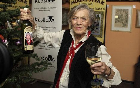 Na Štědrý večer si připije vínem, na jehož vinětě je ona sama.