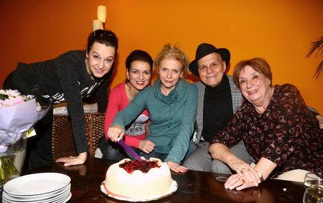 Marcipánový dort rozkrájela Olga s kolegy ze spolku Háta.