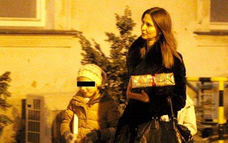 Zpěvákova manželka a dcery nesly kupu dárků.
