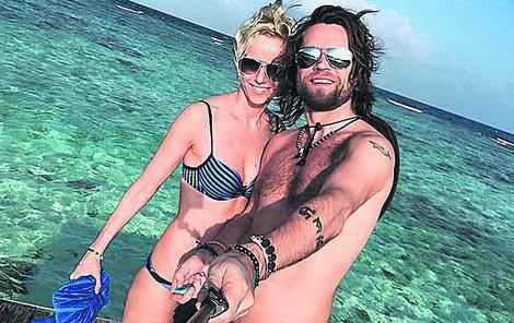 Richard s přítelkyní Karin na vytoužené dovolené.
