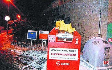 Strážníci muže z kontejneru vykázali a napařili mu pokutu.