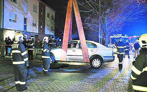Auto vyprostili hasiči pomocí jeřábu.