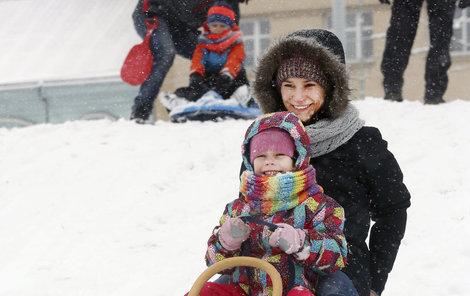 Sníh lákal rodiče s dětmi k zimním radovánkám.