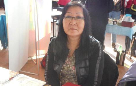 Mongolská šamanka a čarodějnice čaruje pomocí mléka a rituálů.