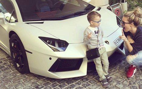 Modelka nemohla svého syna dostat od luxusního bouráku.