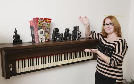 Hanka (27) z Klecan vytvořila z hudebního nástroje na vyhození exkluzivní polici.