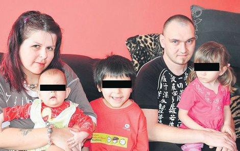 Maminka Lucie a tatínek David s dětmi Leontýnkou (6 měsíců), Eliškou (3) a Štěpánkem (6) se obávají, že skončí kvůli domácímu na ulici.