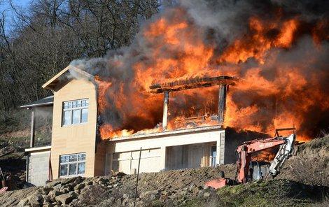 Dřevostavba byla během chvíle v jednom plameni.