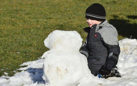 Děti si včera na břehu Lipenské přehrady stavěly sněhuláky z posledních zbytků sněhu.