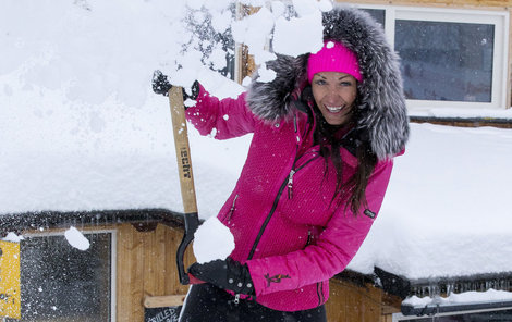 Nakonec se Agáta vrhla na odklízení sněhu.