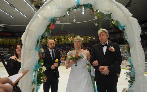 Snoubenci těsně před tím, než složili slib.